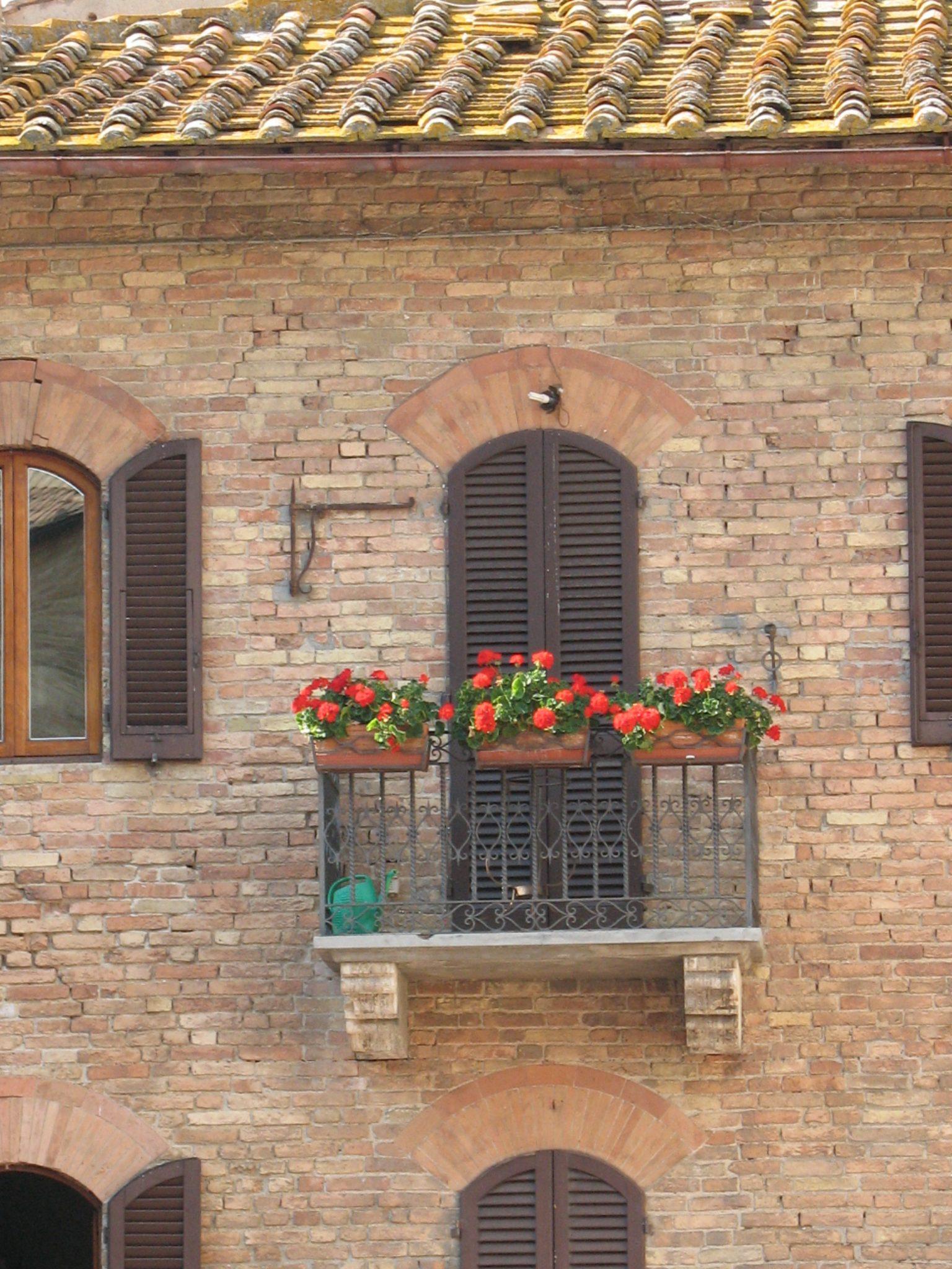 Foto de uma varanda florida em San Gimignano.