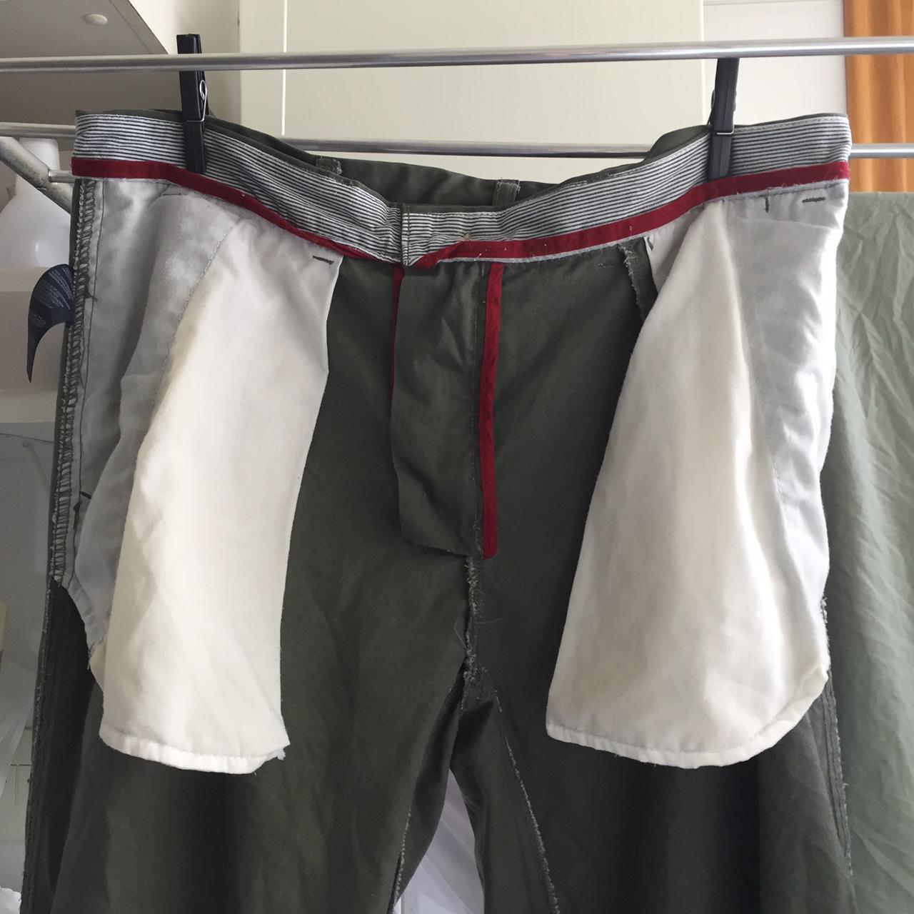 Calça pendurada para secar pelo avesso.
