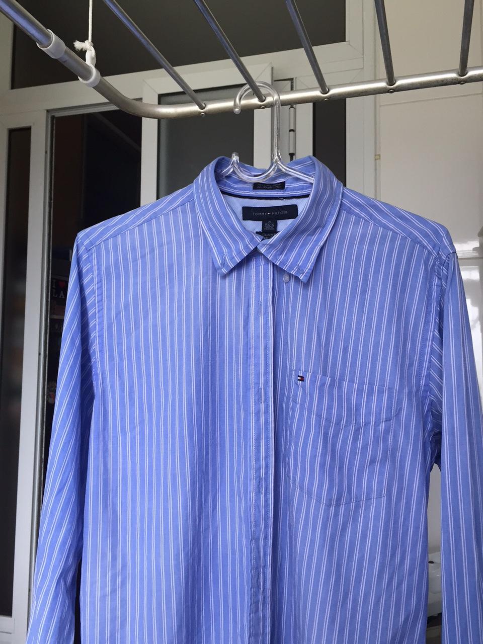 Camisa social secando no varal pendurada no cabide