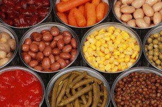 Latas de alimentos e potes plásticos: perigos do BPA.