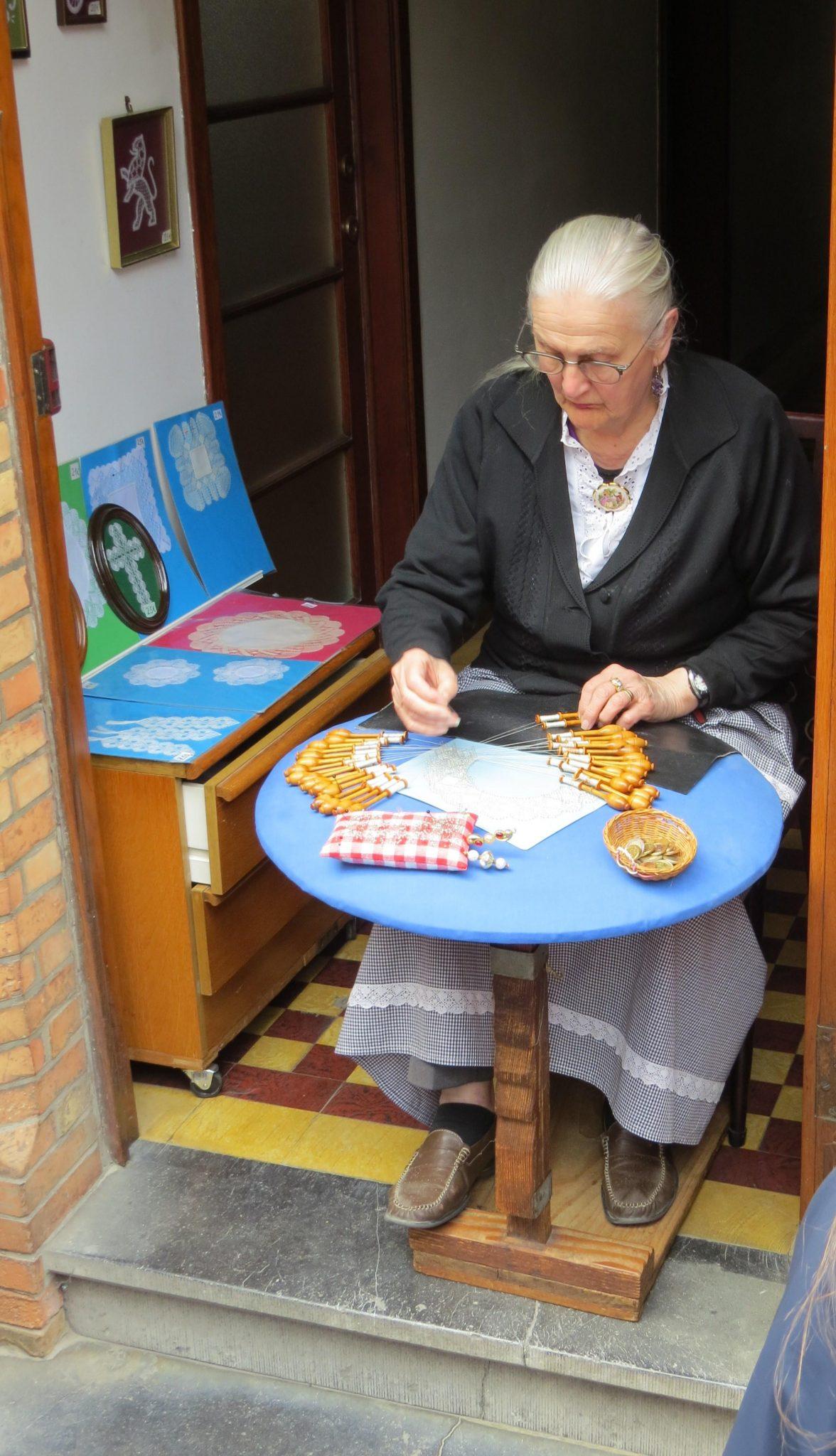 Senhora fazendo renda Bruges
