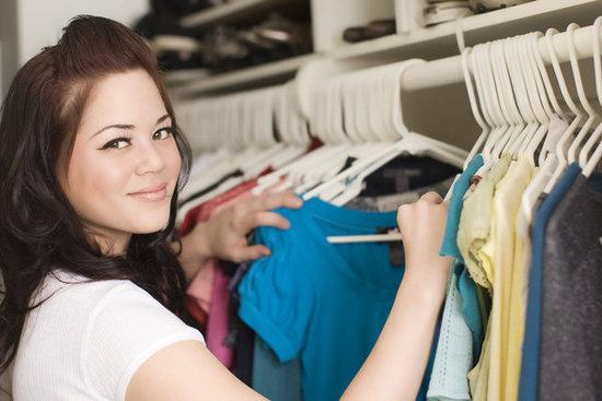 Mulher satisfeita mexendo nas suas roupas
