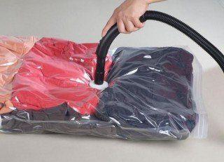 Sacos a vácuo para montar um guarda-roupa sazonal.