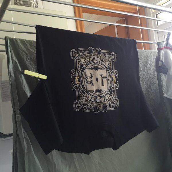 T-shirt secando pendurada de forma correta.