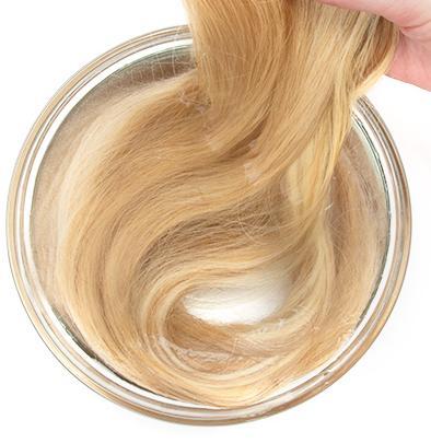 Aplicando condicionador diluído nos cabelos