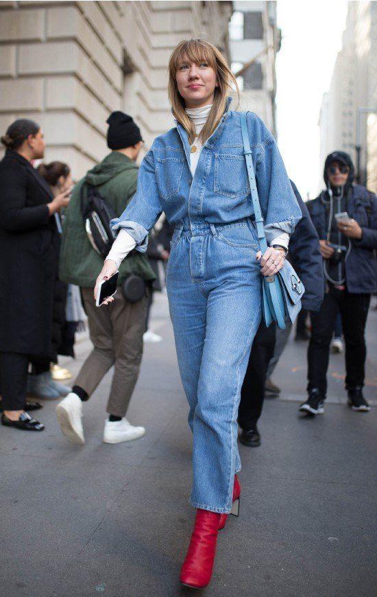 Macacão jeans com bota vermelha.