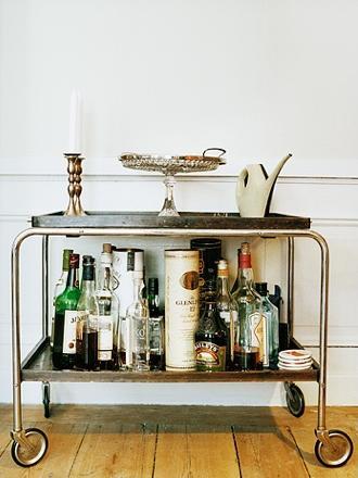 Bebidas em um carrinho na sala.