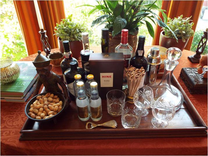 Bebidas e utensílios de bartender na sala.