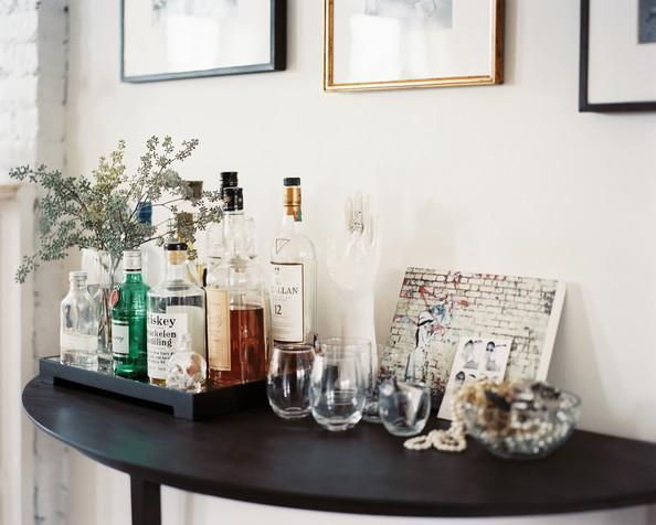 Bebidas organizadas sobre um aparador.