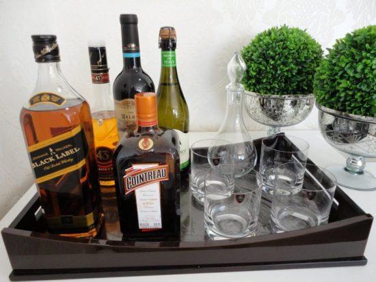 Bebidas e copos organizados na sala de estar.