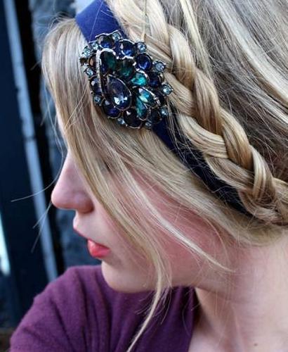 Penteado para festa usando broche na tiara.