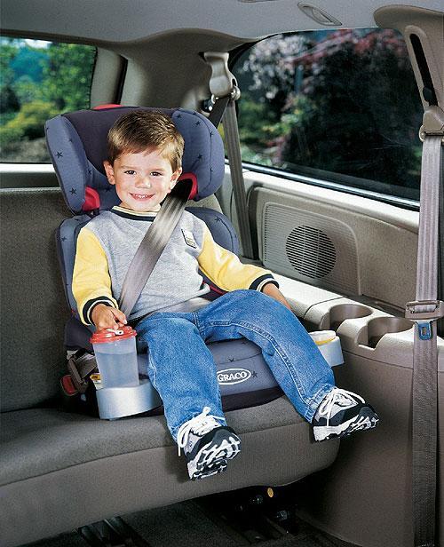 Criança na cadeira de segurança do carro