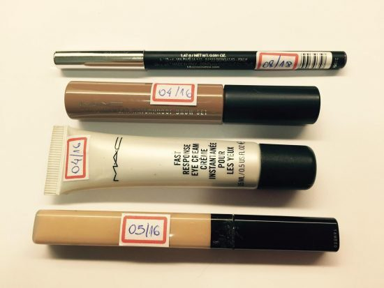 Etiquetas com a data de validade das maquiagens