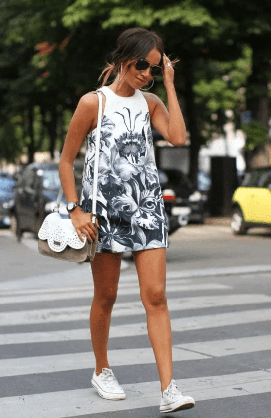 Vestido com tênis.