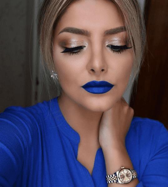 Maquiagem azul com rosa.