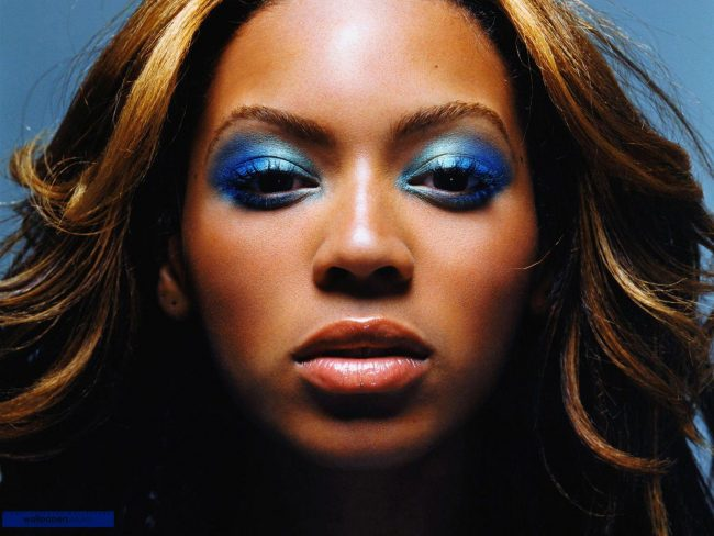 Maquiagem azul.