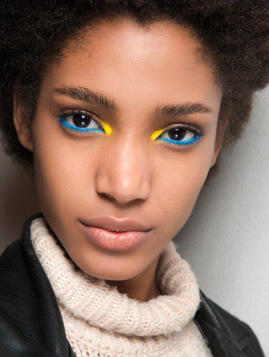 Maquiagem azul com amarelo.
