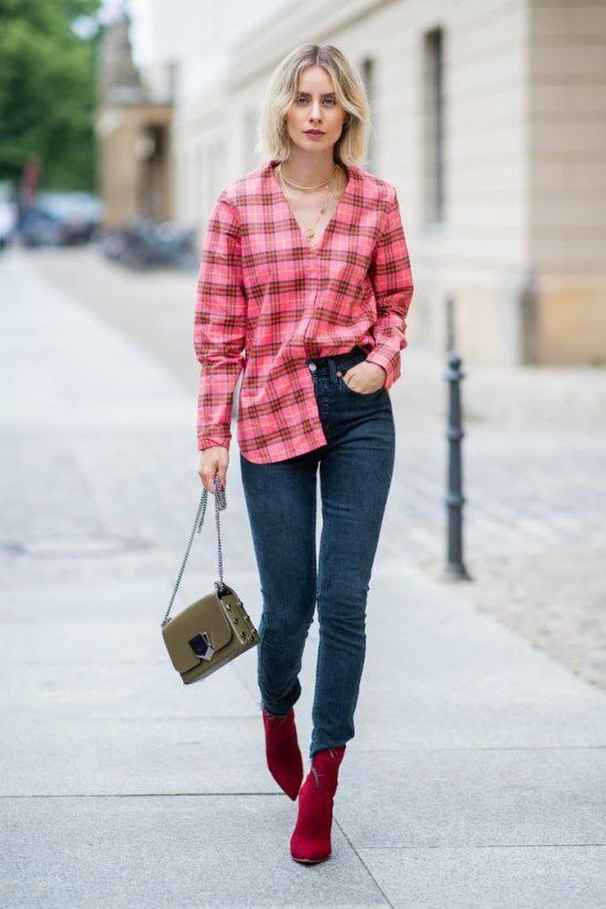 Camisa de xadrez com calça skinny.