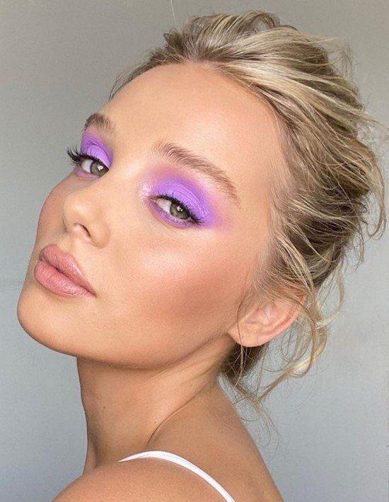 Maquiagem com sombra lilás.