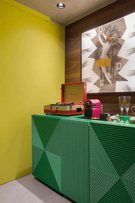 Móveis coloridos: buffet verde bandeira.