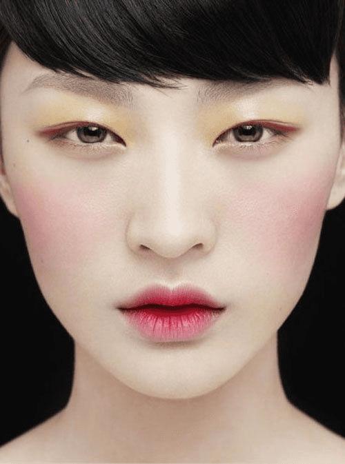 Lábios apagados com base e centro levemente colorido de batom rosa.