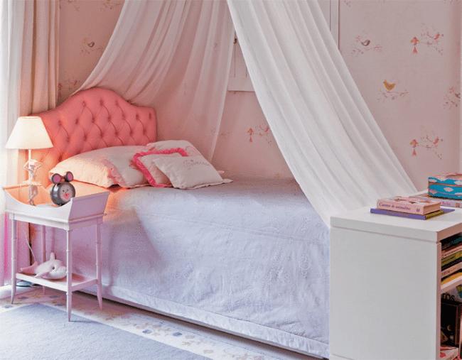 Cabeceiras estofadas em quarto de menina.