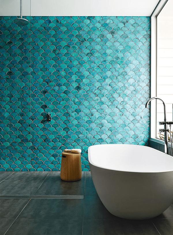 Parede do banheiro com revestimento azul turquesa