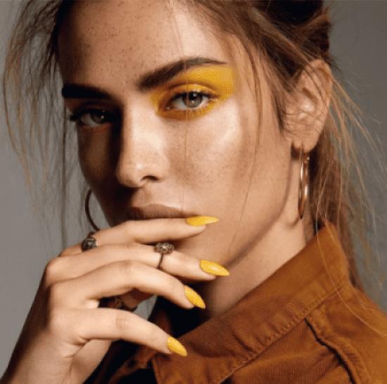 Maquiagem amarela.