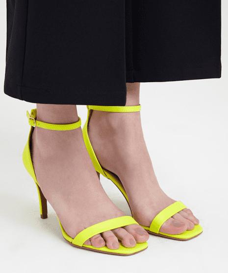 Sandália fluorescente.