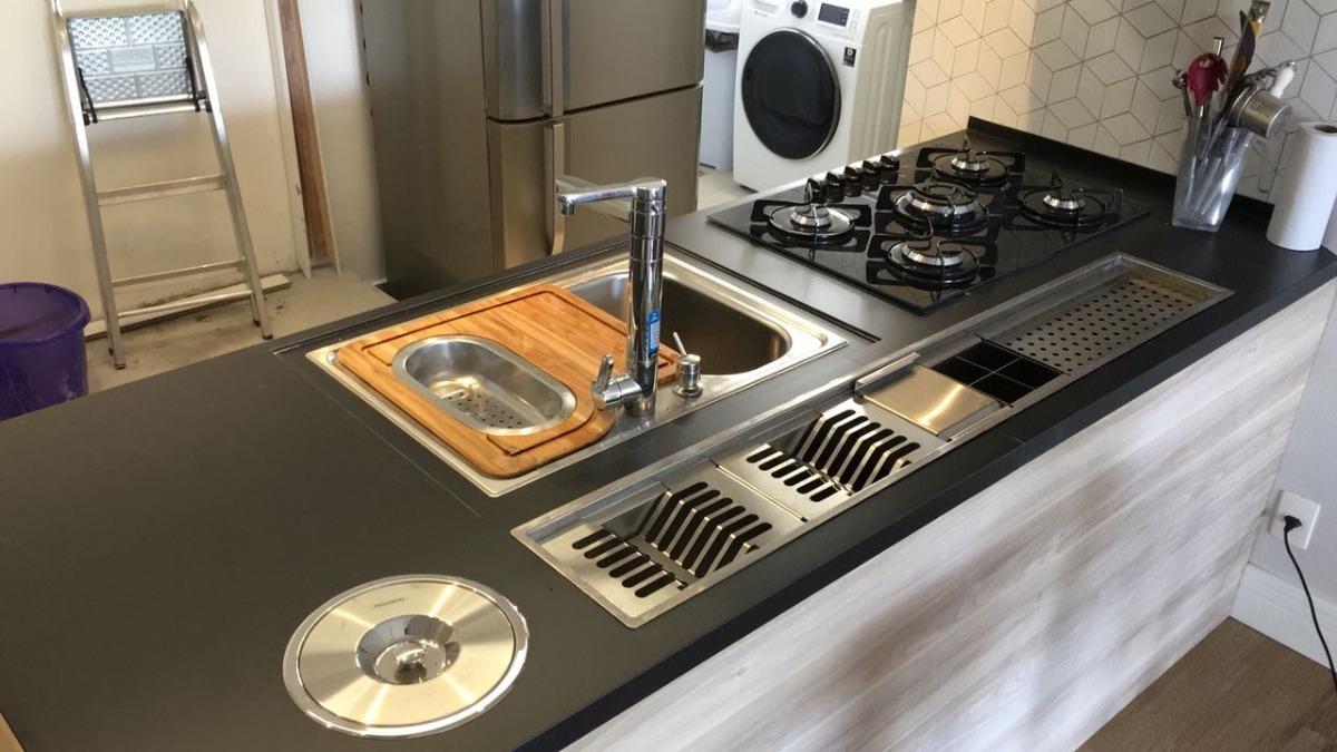 Cozinha planejada: calha úmida e lixeira embutida.