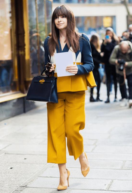 Looks azul marinho com amarelo.