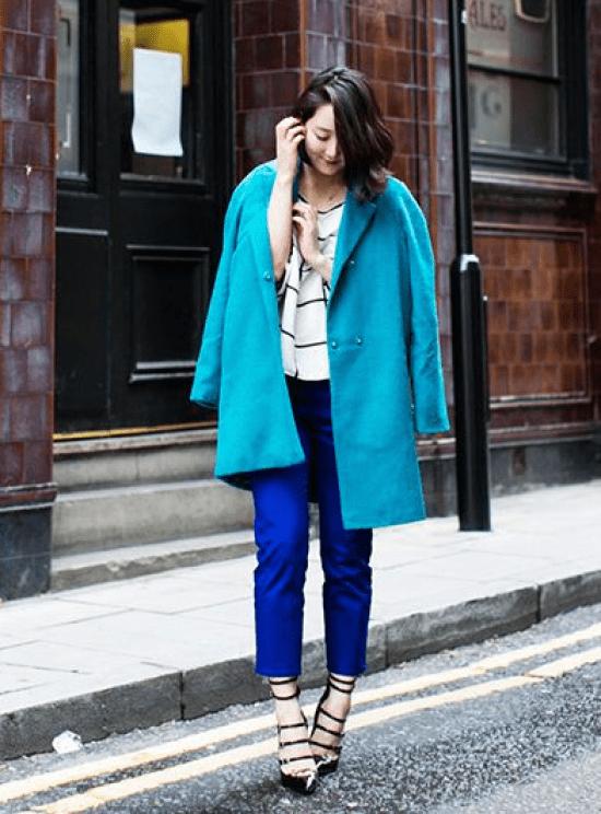 Look com azul turquesa.