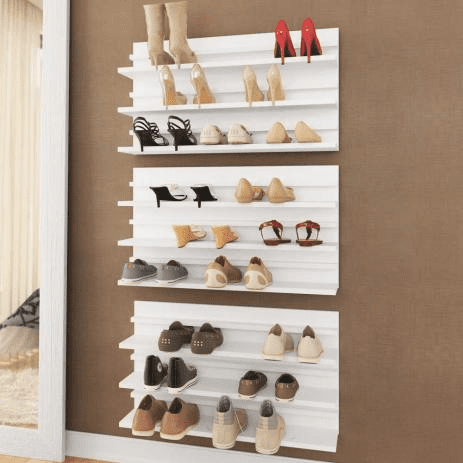 Organizando calçados.