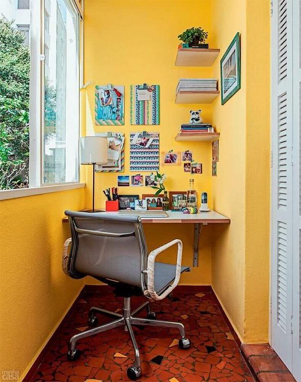 Home office na varanda do apartamento.