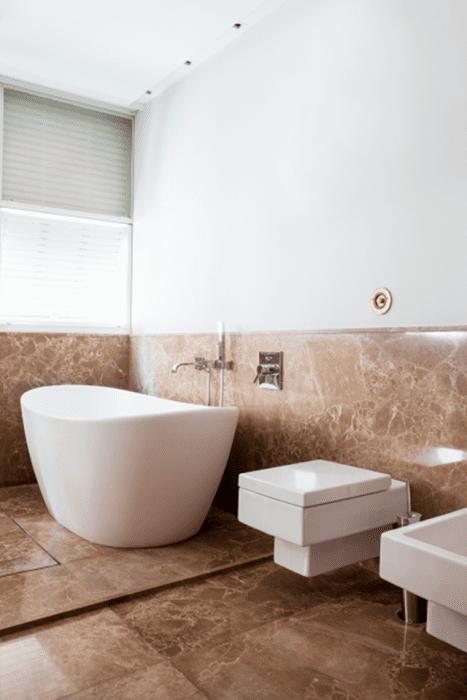 Banheiros com banheira.