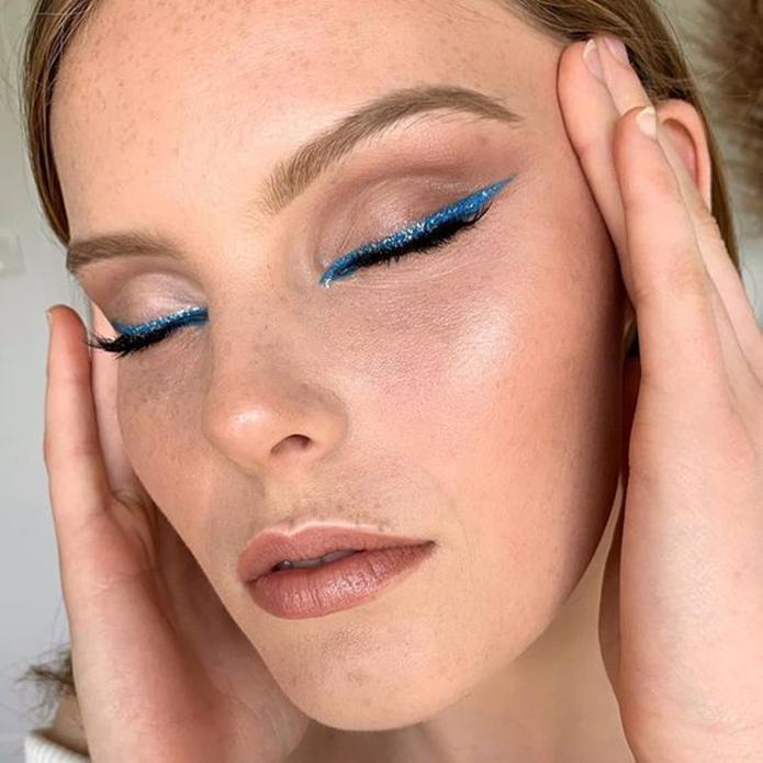 Delineador azul claro com glitter.