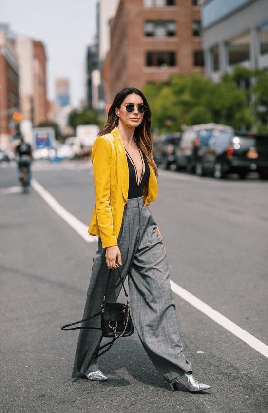 Look amarelo com cinza.