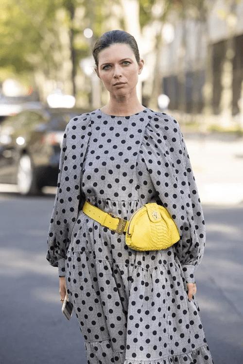 Cinza com amarelo: look de 2021.