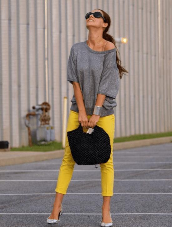 Calça amarela com blusa cinza.