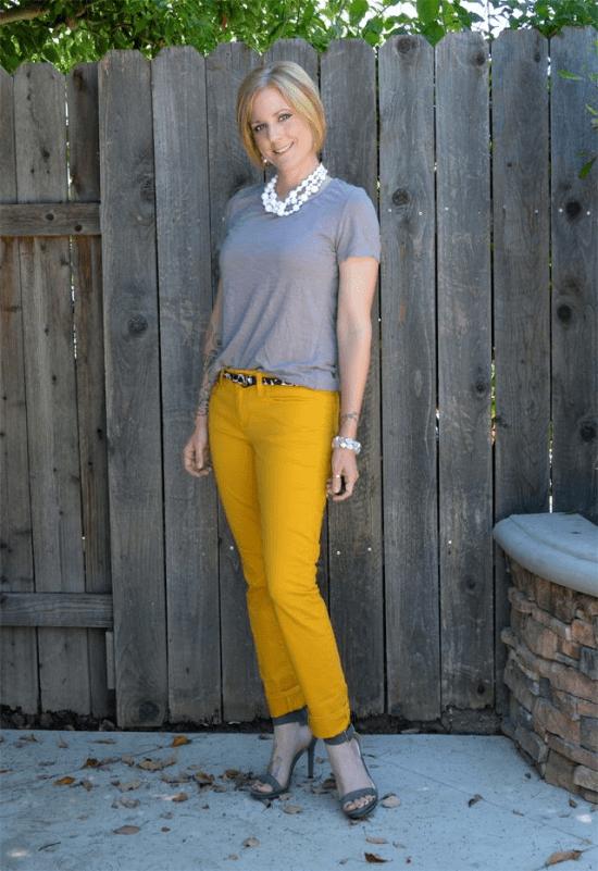 Look básico em cinza e amarelo.