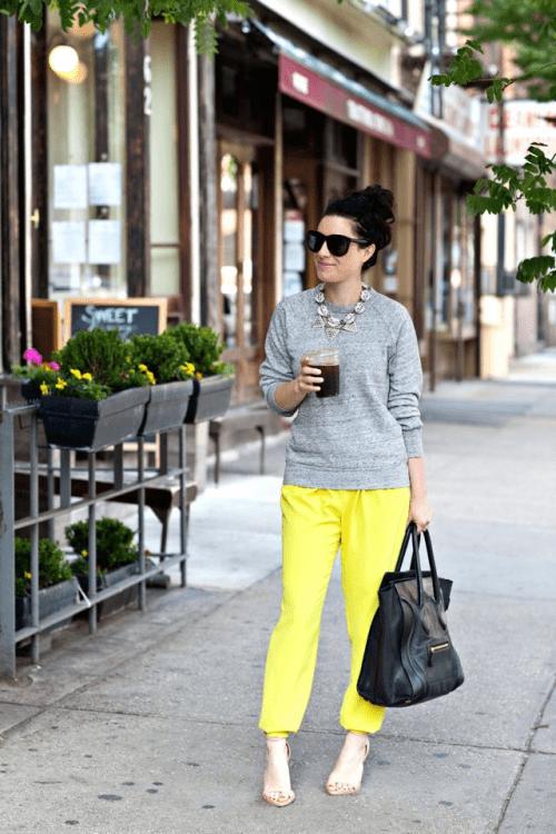 Cinza com amarelo neon.