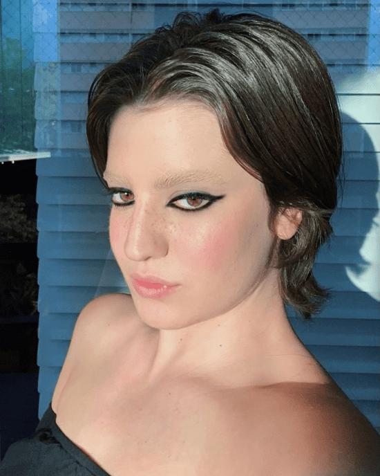 Maquiagem com sobrancelha sem cor.