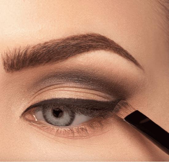 Técnica de maquiagem cut crease.
