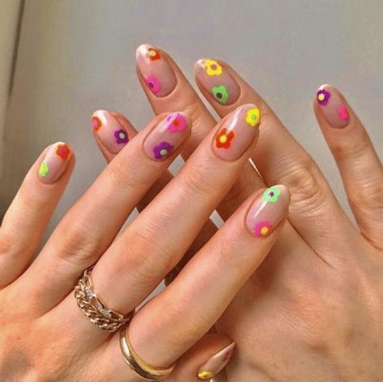 Nail art com florzinhas.